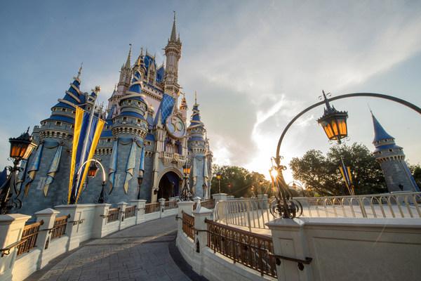 El Castillo de Cenicienta en el parque Magic Kingdom presentará una nueva decoración EARidescent en honor a las celebraciones por el 50.ºaniversario de Walt Disney World Resort en Lake Buena Vista, Florida. La celebración de 18meses de duración inicia el 1 de octubre de 2021. (Kent Phillips, fotógrafo) (PRNewsfoto/Walt Disney World Resort)